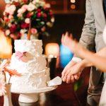 Bolo de casamento espatulado com flores. Feito por Cíntia Costa Cake Studio. Foto: Gustavo Gaiote Fotografia.
