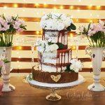 Bolo de casamento naked cake com flores e caramelo escorrido. Feito por Cíntia Costa Cake Studio.