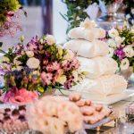 Bolo de casamento pillow cake com 4 andares. Feito por Cíntia Costa Cake Studio. Foto: Pietro Tardelli.