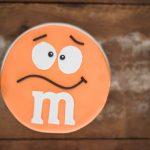 Bolo M&M Gigante laranja para festa de menino feito por Cíntia Costa Cake Studio.