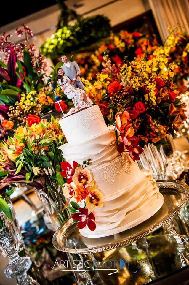 Bolo de casamento de 4 andares com orquídeas de açúcar em marsala feito por Cake Studio ( contato@cakestudio.com.br | (11) 96882-2623 ). Foto: Artistic Photo.
