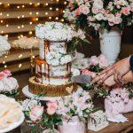 Bolo de casamento 2 andares semi naked cake com drippy de caramelo e flores brancas feito por Cake Studio ( contato@cakestudio.com.br | (11) 96882-2623 ). Foto: Canvas Ateliê.