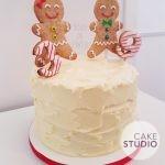 Bolo decorado de Natal: bonequinhos de biscoito gingerbread. Feito por Cake Studio ( contato@cakestudio.com.br )