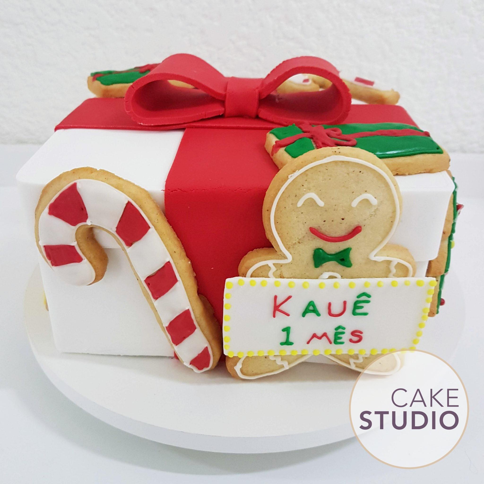 Bolo de Natal: caixa de presente quadrada. Feito por Cake Studio ( contato@cakestudio.com.br | Whatsapp: (11) 96882-2623 )