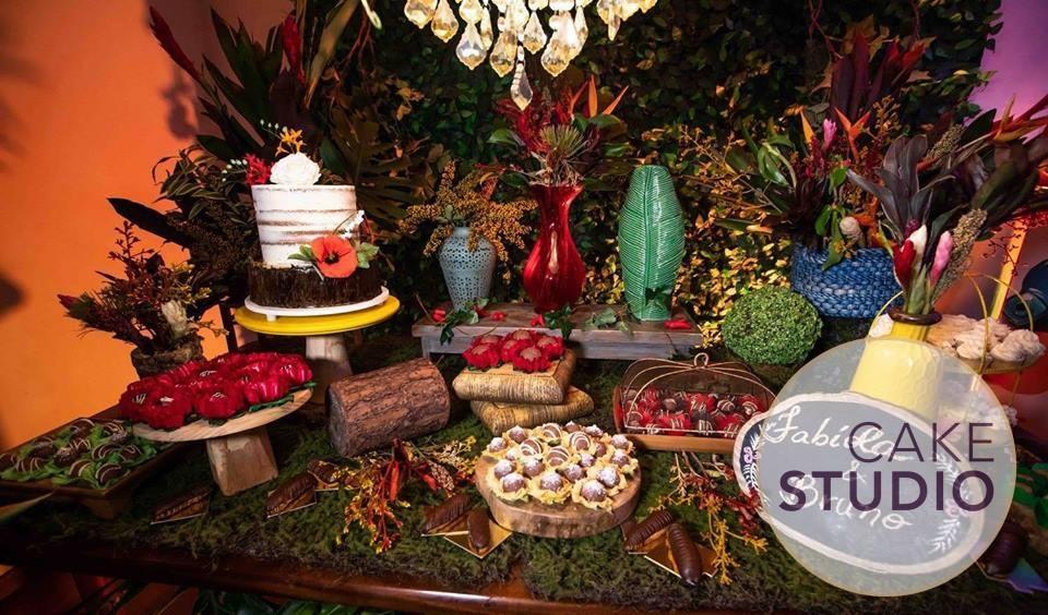 Bolo de chá bar de Fabíola Gadelha, da Record: semi-naked cake decorado com flores de açúcar. Feito por Cake Studio ( contato@cakestudio.com.br | Whatsapp: (11) 96882-2623 )
