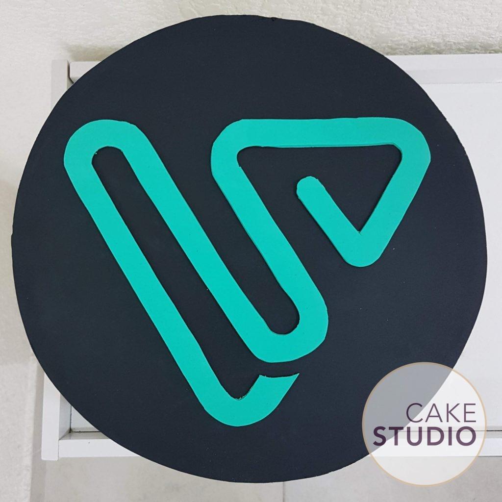 Bolo decorado corporativo com logo da empresa Vai Car. Feito por Cake Studio ( contato@cakestudio.com.br | Whatsapp: (11) 96882-2623 ).