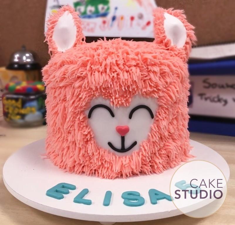 Bolo Lhama para festa na escola. Feito por Cake Studio ( contato@cakestudio.com.br | Whatsapp: (11) 96882-2623 ).
