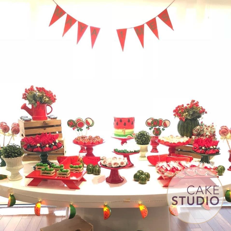Bolo decorado de Melancia para o mesversário da menina de Paloma Tocci, da Band. Feito por Cake Studio ( contato@cakestudio.com.br | Whatsapp: (11) 96882-2623 )