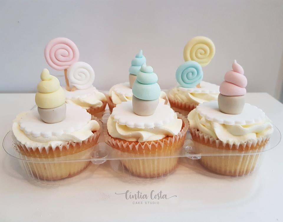 Cupcakes decorados tema Candy (docinhos) em tons pastel para festa de menina. Feito por Cake Studio ( contato@cakestudio.com.br | Whatsapp: (11) 96882-2623 ).