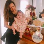 Paloma Tocci, do jornal da Band, celebra mesversário de sua filha Maya com bolo decorado de casinha de Natal (Gingerbread House). Feito por Cake Studio ( contato@cakestudio.com.br | Whatsapp: (11) 96882-2623 ).