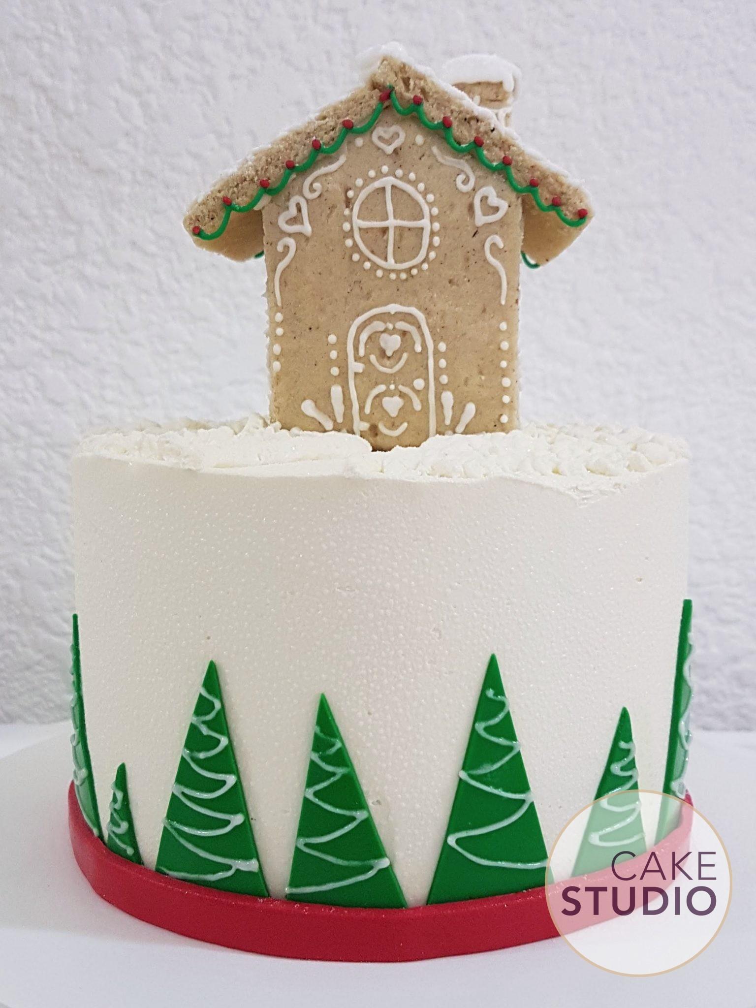Bolo decorado de casinha de Natal (Gingerbread House). Feito por Cake Studio ( contato@cakestudio.com.br | Whatsapp: (11) 96882-2623 ).