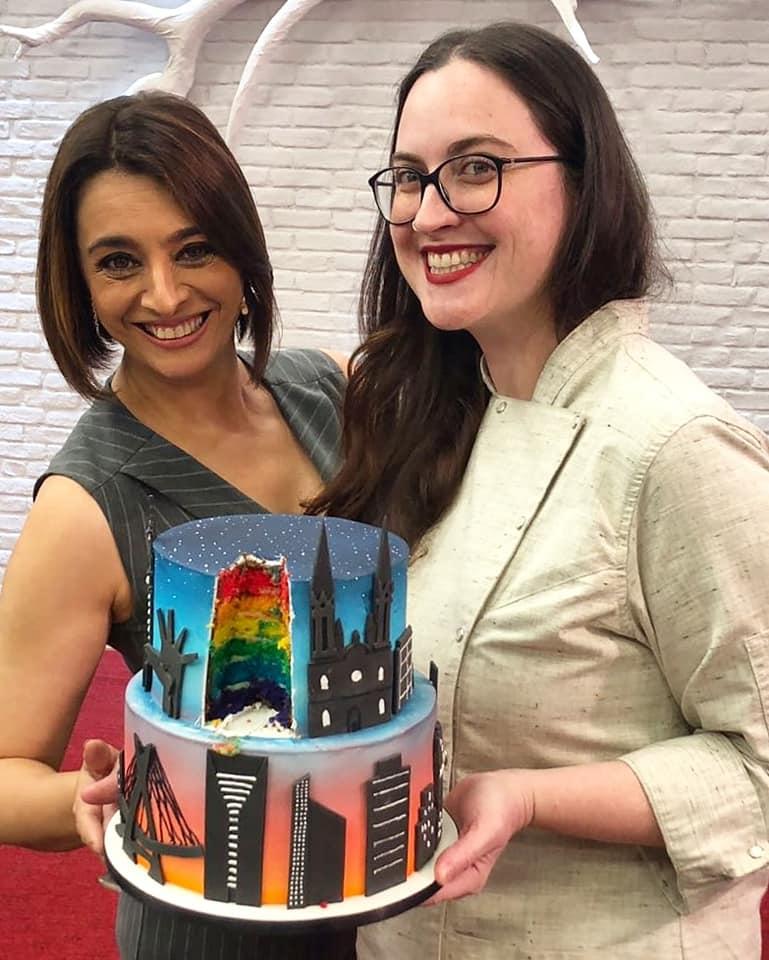 Cíntia Costa com Cátia Fonseca no Melhor da Tarde da Band mostrando bolo decorado em homenagem a São Paulo. Feito por Cake Studio ( contato@cakestudio.com.br | Whatsapp: (11) 96882-2623 )