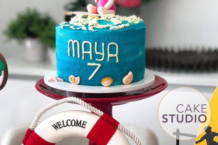 Bolo bebê surfista para festa de mesversário tema praia para filha de Paloma Tocci. Feito por Cake Studio ( contato@cakestudio.com.br   Whatsapp: (11) 96882-2623 ).