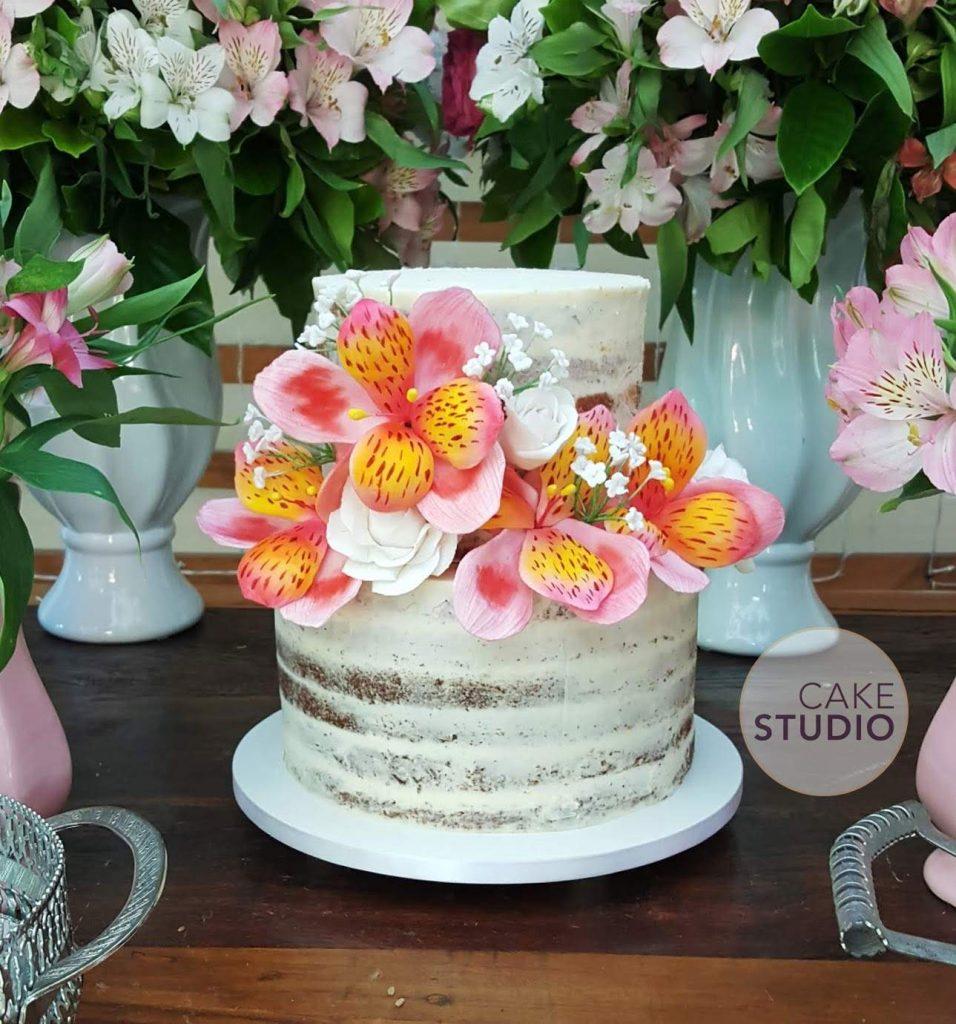 Bolo de casamento rústico semi naked com astromélias de açúcar. Feito por Cake Studio ( contato@cakestudio.com.br | Whatsapp: (11) 96882-2623 ).