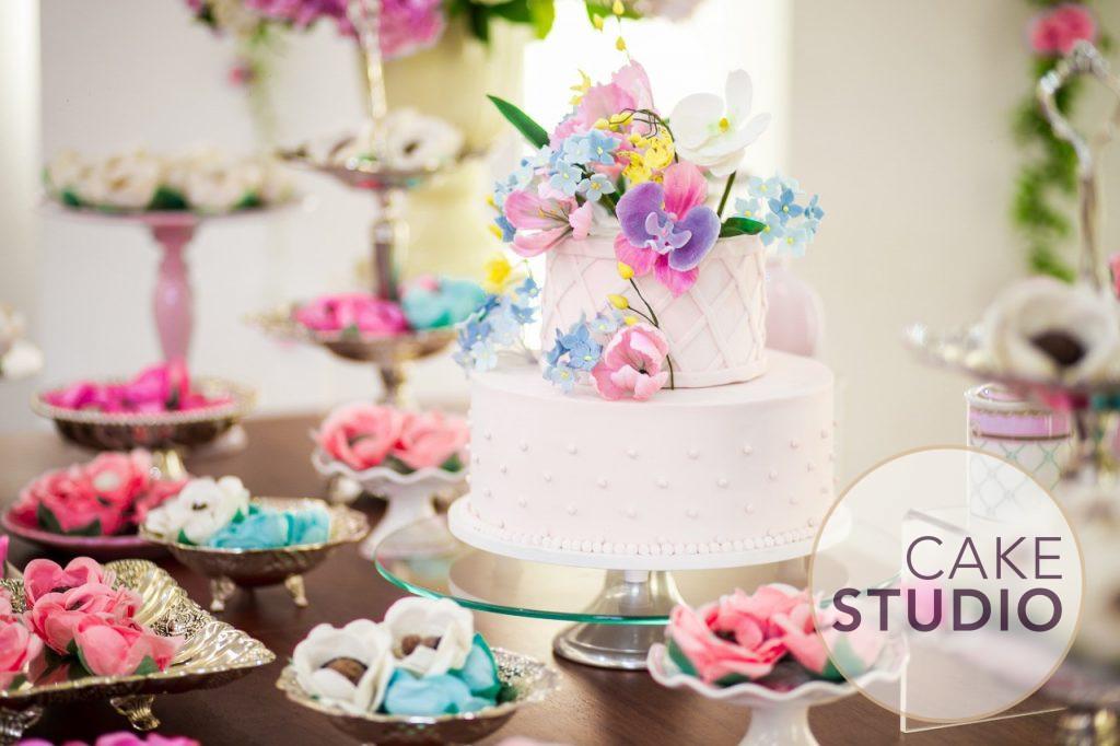 Bolo floral delicado e feminino. Feito por Cake Studio ( contato@cakestudio.com.br | Whatsapp: (11) 96882-2623 ).