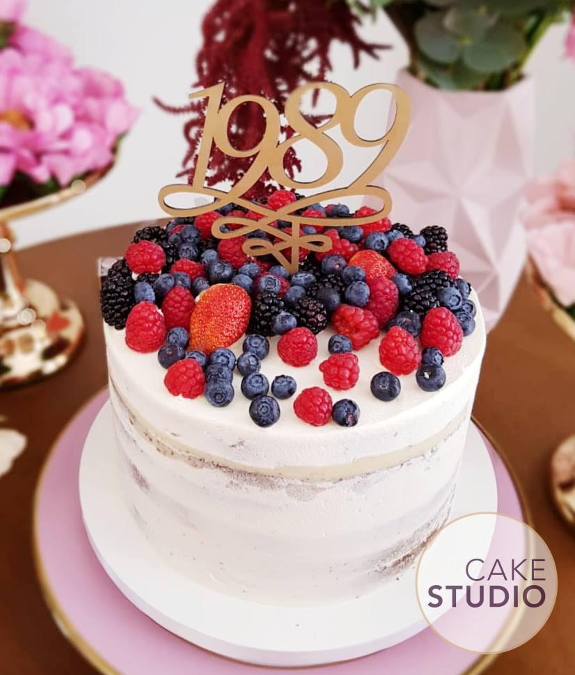 Bolo Semi Naked Cake com Frutas Vermelhas. Feito por Cake Studio ( contato@cakestudio.com.br | Whatsapp: (11) 96882-2623 ).