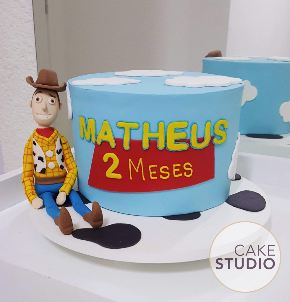 Bolo Toy Story personalizado com Woody para mesversário. Feito por Cake Studio ( contato@cakestudio.com.br | Whatsapp: (11) 96882-2623 ).