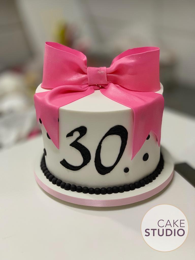 Bolo de 30 anos feminino com laço rosa e bolinhas. Feito por Cake Studio ( contato@cakestudio.com.br | Whatsapp: (11) 96882-2623 ).