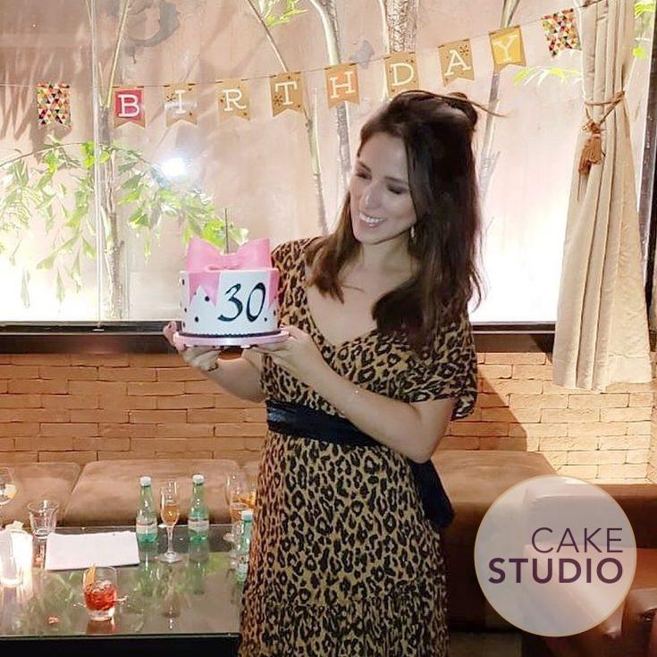 Bolo 30 Anos de Isabela Tacaki, apresentadora da Band ( contato@cakestudio.com.br | Whatsapp: (11) 96882-2623 ).