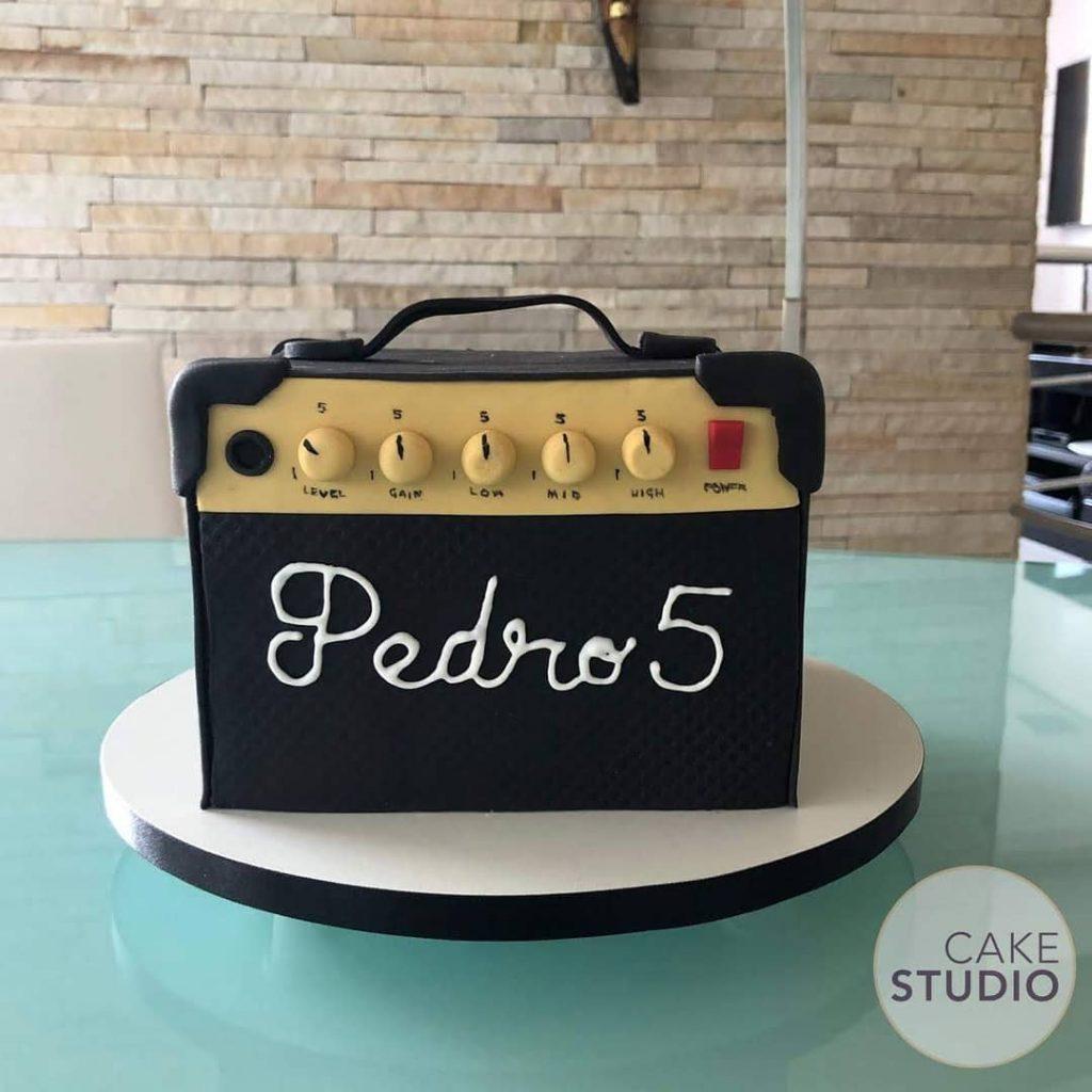 Bolo Amplificador para festa tema Rock. Feito por Cake Studio ( contato@cakestudio.com.br | Whatsapp: (11) 96882-2623 )