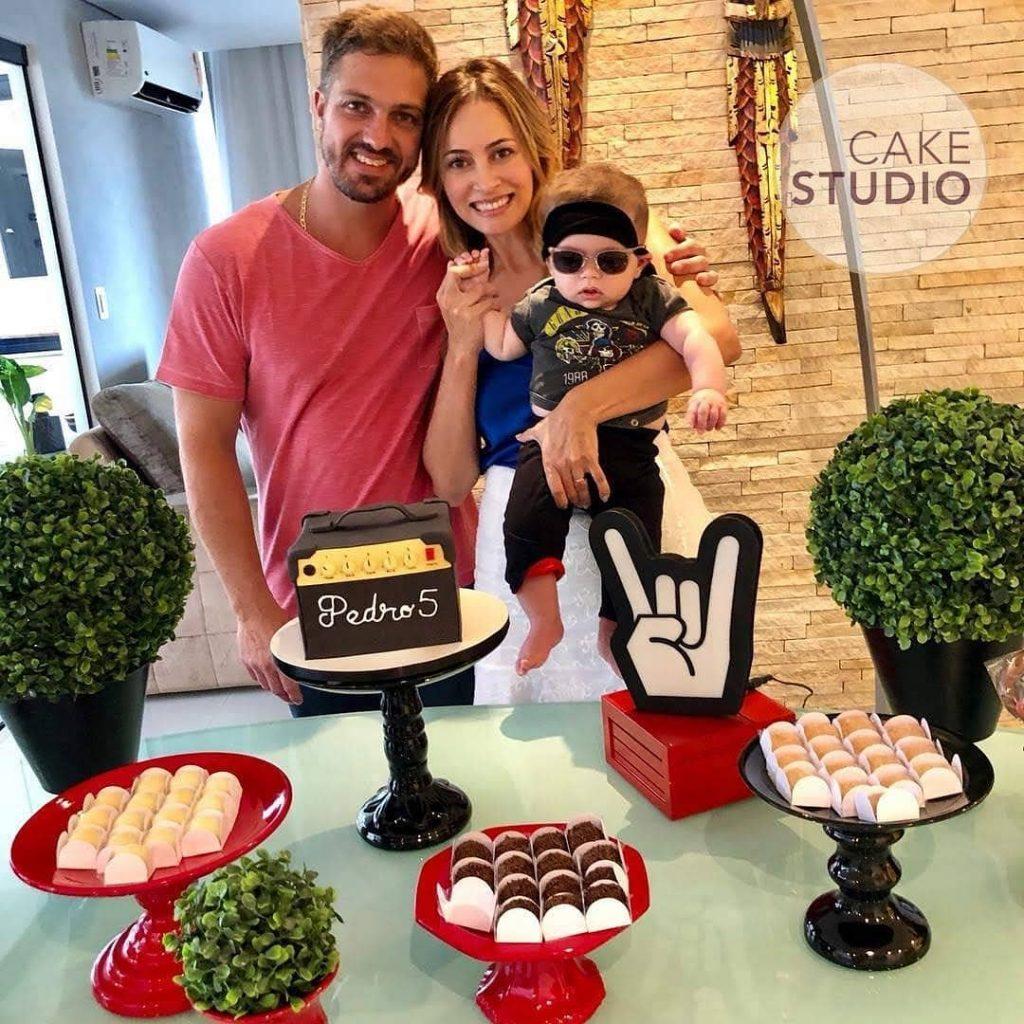 Bolo Amplificador para festa tema Rock de mesversário para Patrícia Costa (Domingo Espetacular, Record). Feito por Cake Studio ( contato@cakestudio.com.br | Whatsapp: (11) 96882-2623 )