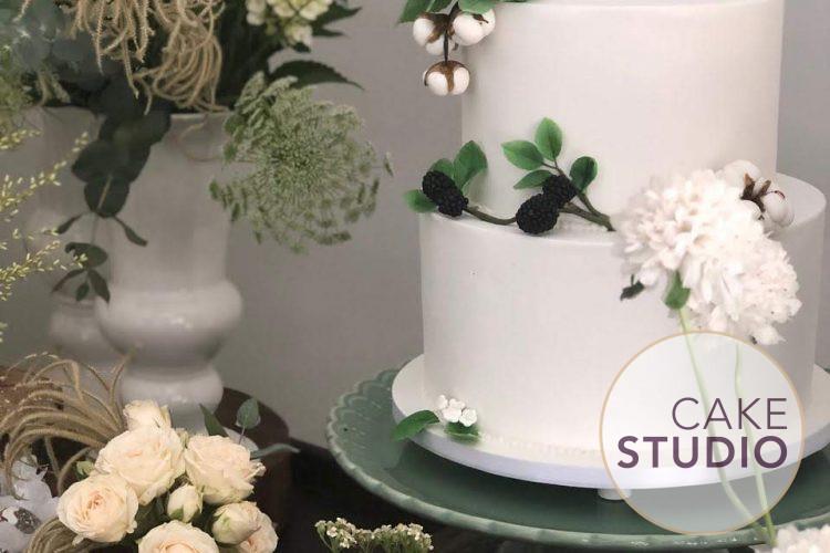 Bolo de Casamento branco com 2 andares decorado com frutas vermelhas e flores. Feito por Cake Studio ( contato@cakestudio.com.br | Whatsapp: (11) 96882-2623 )