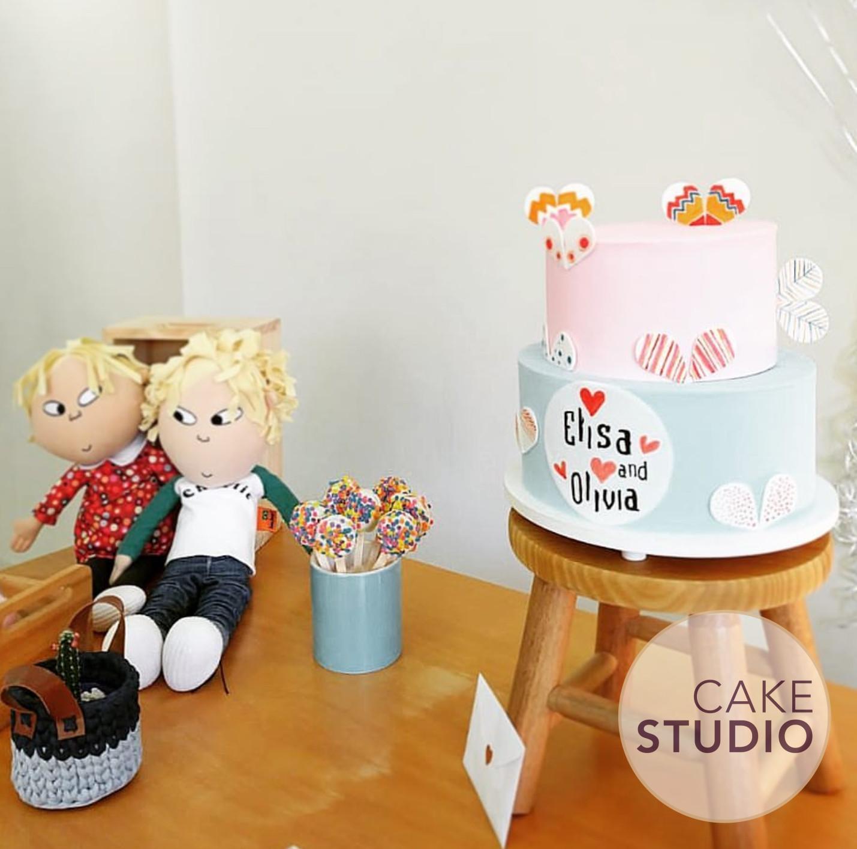 Bolo decorado Charlie e Lola. Feito por Cake Studio ( contato@cakestudio.com.br | Whatsapp: (11) 96882-2623 ).