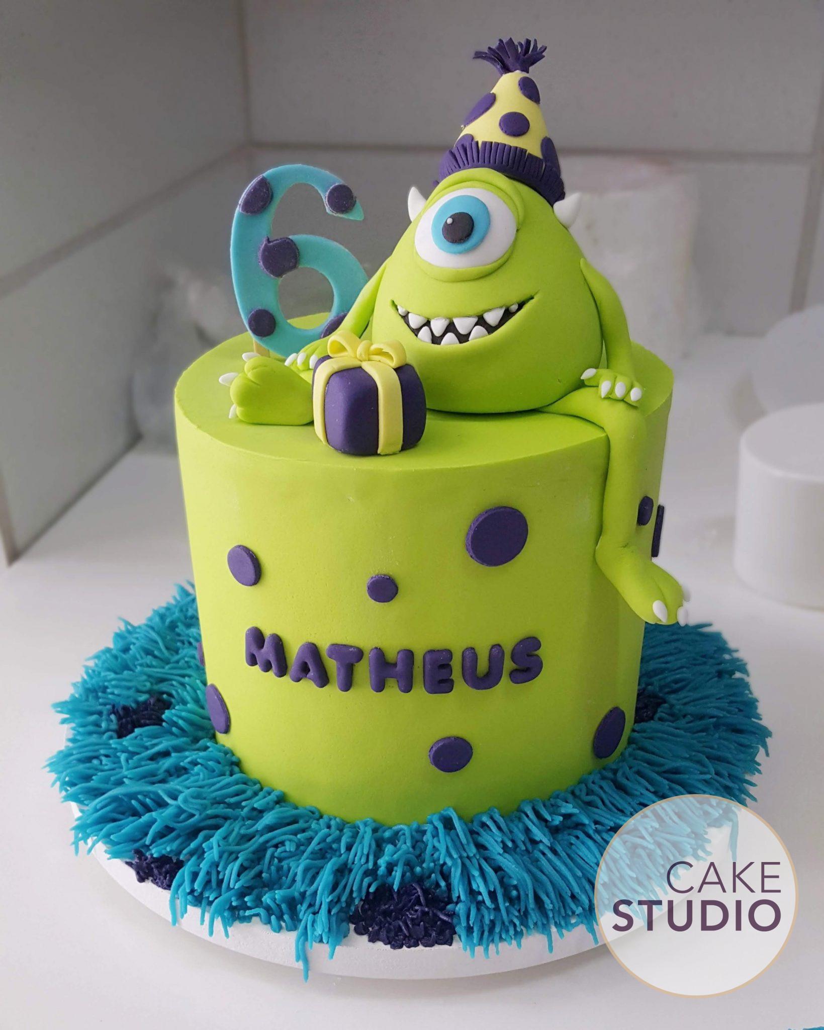 Mini bolo de mesversário tema Monstros SA com topo de bolo do Mike Wazowski. Feito por Cake Studio ( contato@cakestudio.com.br | Whatsapp: (11) 96882-2623 )