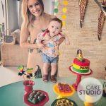 Patrícia Costa com seu filho Pedro em mesversário com bolo Bob Marley infantil. Feito por Cake Studio ( contato@cakestudio.com.br | Whatsapp: (11) 96882-2623 )