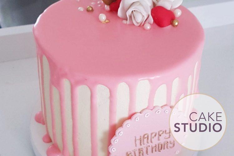 Mini Bolo de Aniversário com macaron. Feito por Cake Studio ( contato@cakestudio.com.br | (11) 96882-2623 ).