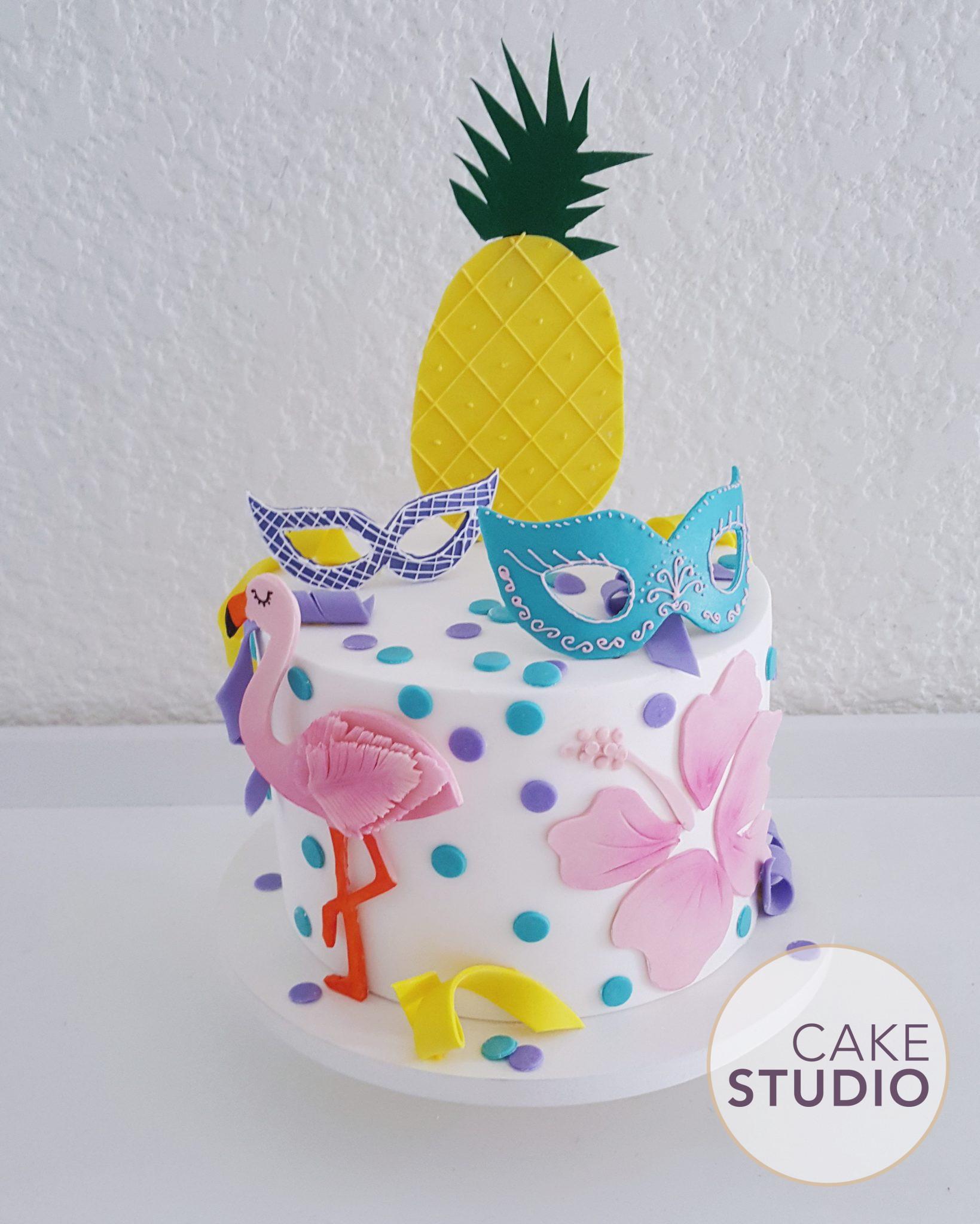 Bolo Carnaval com confete, serpentina, máscaras, flamingo e abacaxi. Feito por Cake Studio ( contato@cakestudio.com.br | Whatsapp: (11) 96882-2623 ).