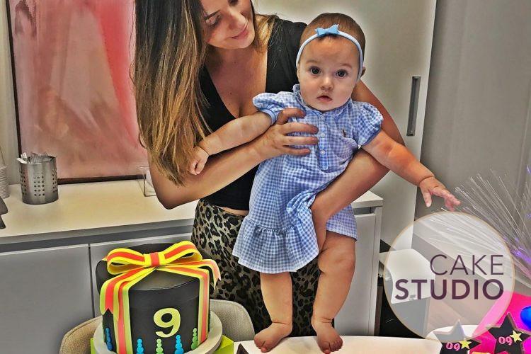 Bolo Neon para mesversário da filha da Paloma Tocci. Feito por Cake Studio ( contato@cakestudio.com.br   Whatsapp: (11) 96882-2623 )