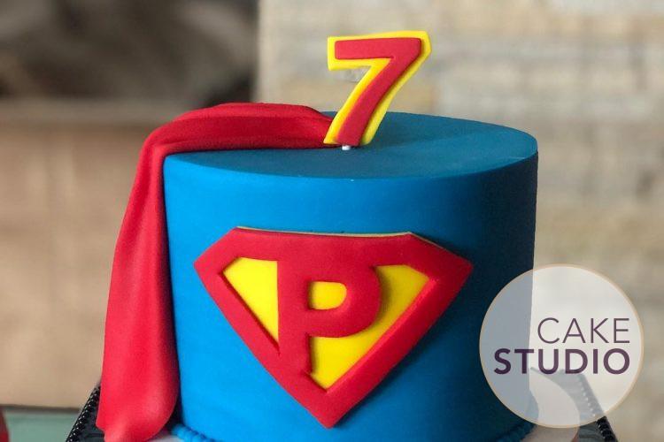 Bolo Super-Homem para mesversário do filho de Patrícia Costa. Feito por Cake Studio ( contato@cakestudio.com.br   Whatsapp: (11) 96882-2623 ).