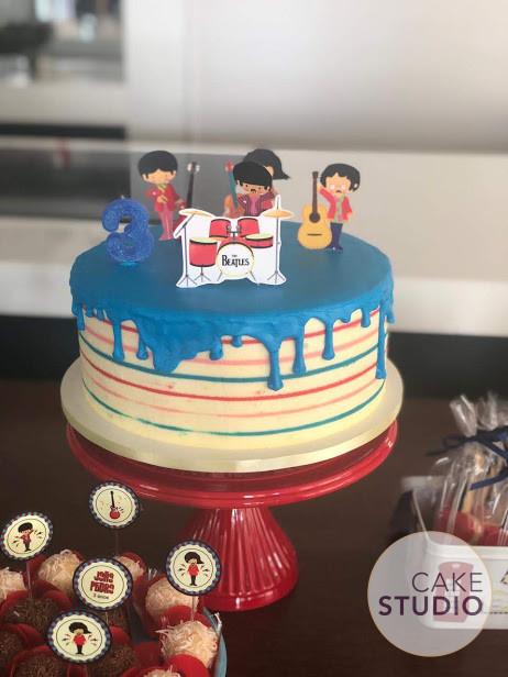 Bolo Beatles Infantil Colorido feito por Cake Studio ( contato@cakestudio.com.br | Whatsapp: (11) 96882-2623 ).