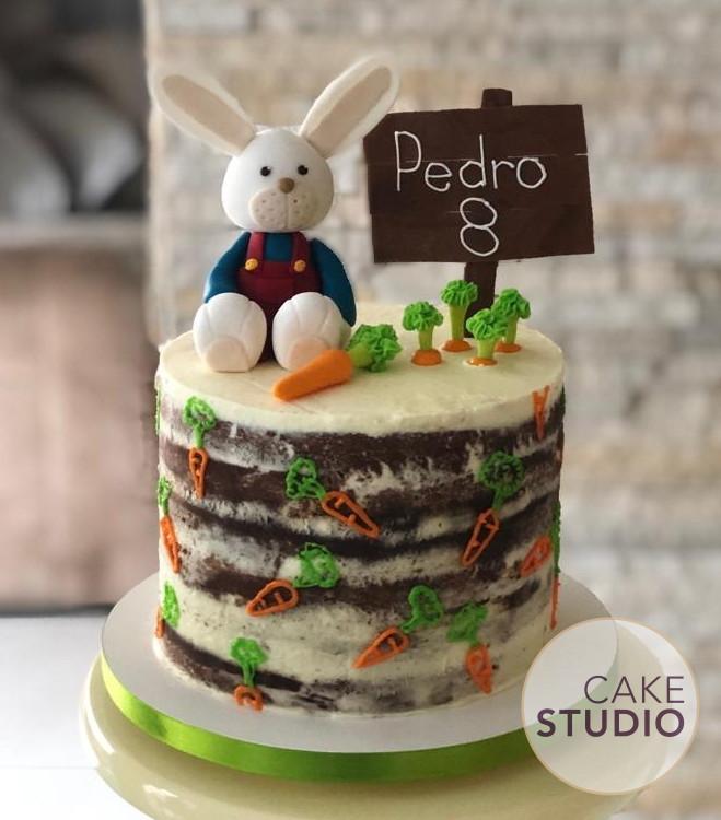 Bolo Coelhinho da Páscoa Menino feito por Cake Studio ( contato@cakestudio.com.br | Whatsapp: (11) 96882-2623 ).