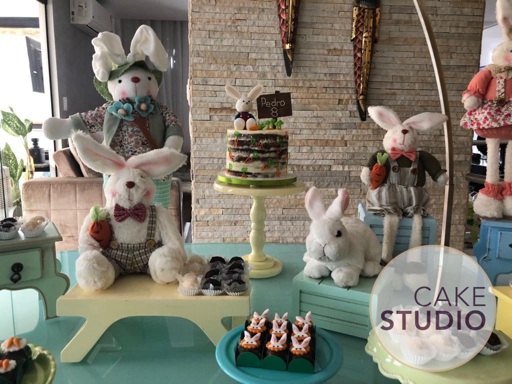 Bolo de Mesversário tema Páscoa feito por Cake Studio ( contato@cakestudio.com.br | Whatsapp: (11) 96882-2623 ).