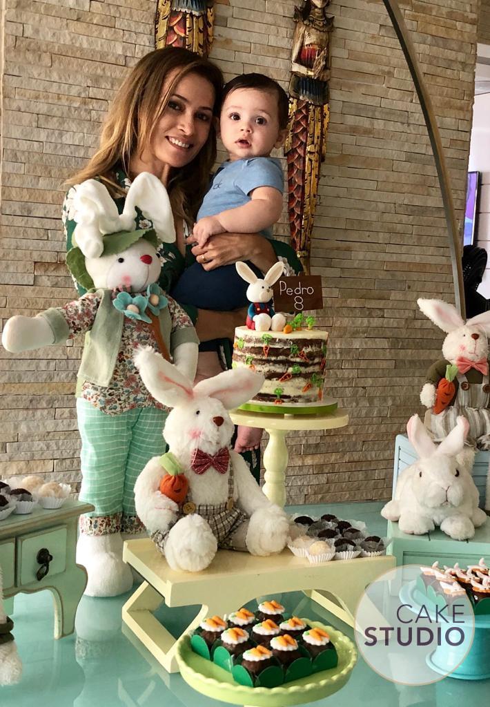 Bolo de Mesversário tema Páscoa para apresentadora Patrícia Costa, do Domingo Espetacular, feito por Cake Studio ( contato@cakestudio.com.br | Whatsapp: (11) 96882-2623 ).