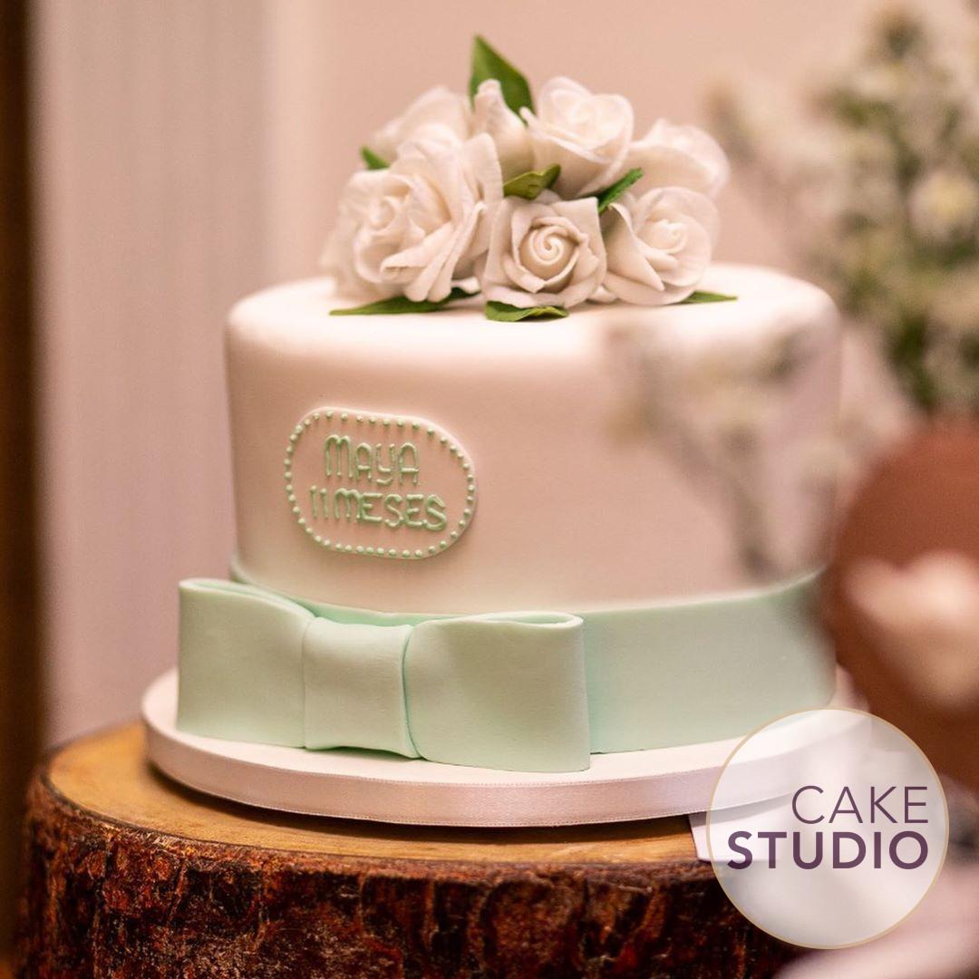 Bolo de Batizado e Mesversário verde e branco com.flores de açúcar da menina da Paloma Tocci. Feito por Cake Studio ( contato@cakestudio.com.br | Whatsapp: (11) 96882-2623). Foto: Katia Rodrigues Fotografia.