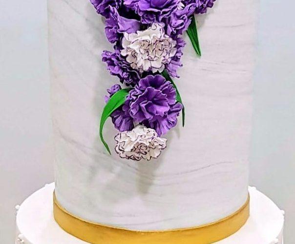 Bolo de casamento com efeito mármore, 3 andares e decoração com flores roxas. Feito por Cake Studio ( contato@cakestudio.com.br   Whatsapp (11) 96882-2623 ).