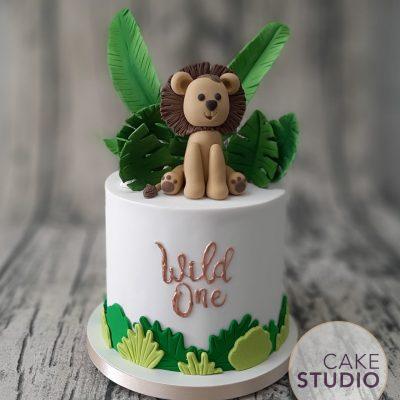 Bolo Leão na Selva com folhagens e dizeres em cobre para festa safári elegante. Feito por Cake Studio ( contato@cakestudio.com.br | Whatsapp (11) 96882-2623 ).