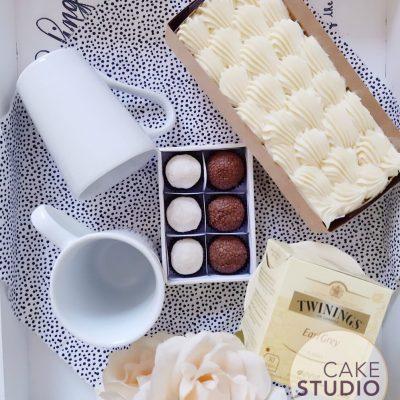 Presente de Dia dos Namorados: kit Tea for Two com bolo, canecas, chá e brigadeiros. Feito por Cake Studio ( contato@cakestudio.com.br | Whatsapp: (11) 96882-2623 ).
