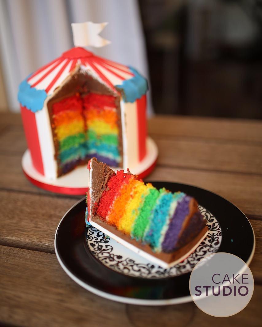 Rainbow Cake, bolo com massa colorida nas cores do arco-íris, feito por Cíntia Costa Cake Studio.