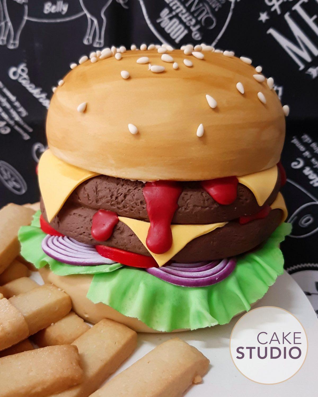 Bolo Personalizado: Burger com Fritas. Feito por Cake Studio ( contato@cakestudio.com.br | Whatsapp: (11) 96882-2623 ).