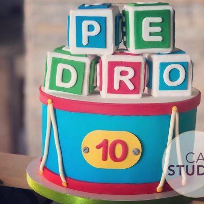 Bolo Mesversário Festa Brinquedos Antigos. Feito por Cake Studio ( contato@cakestudio.com.br | Whatsapp: (11) 96882-2623 ).