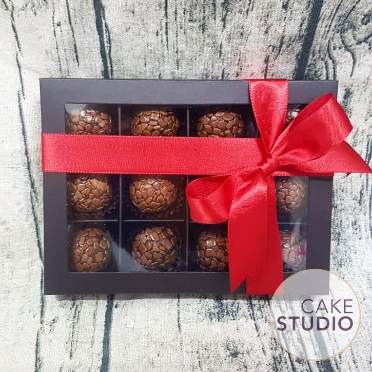 Caixa de Brigadeiros Gourmet para Dia dos Namorados. Feito por Cake Studio ( contato@cakestudio.com.br   Whatsapp: (11) 96882-2623 ).