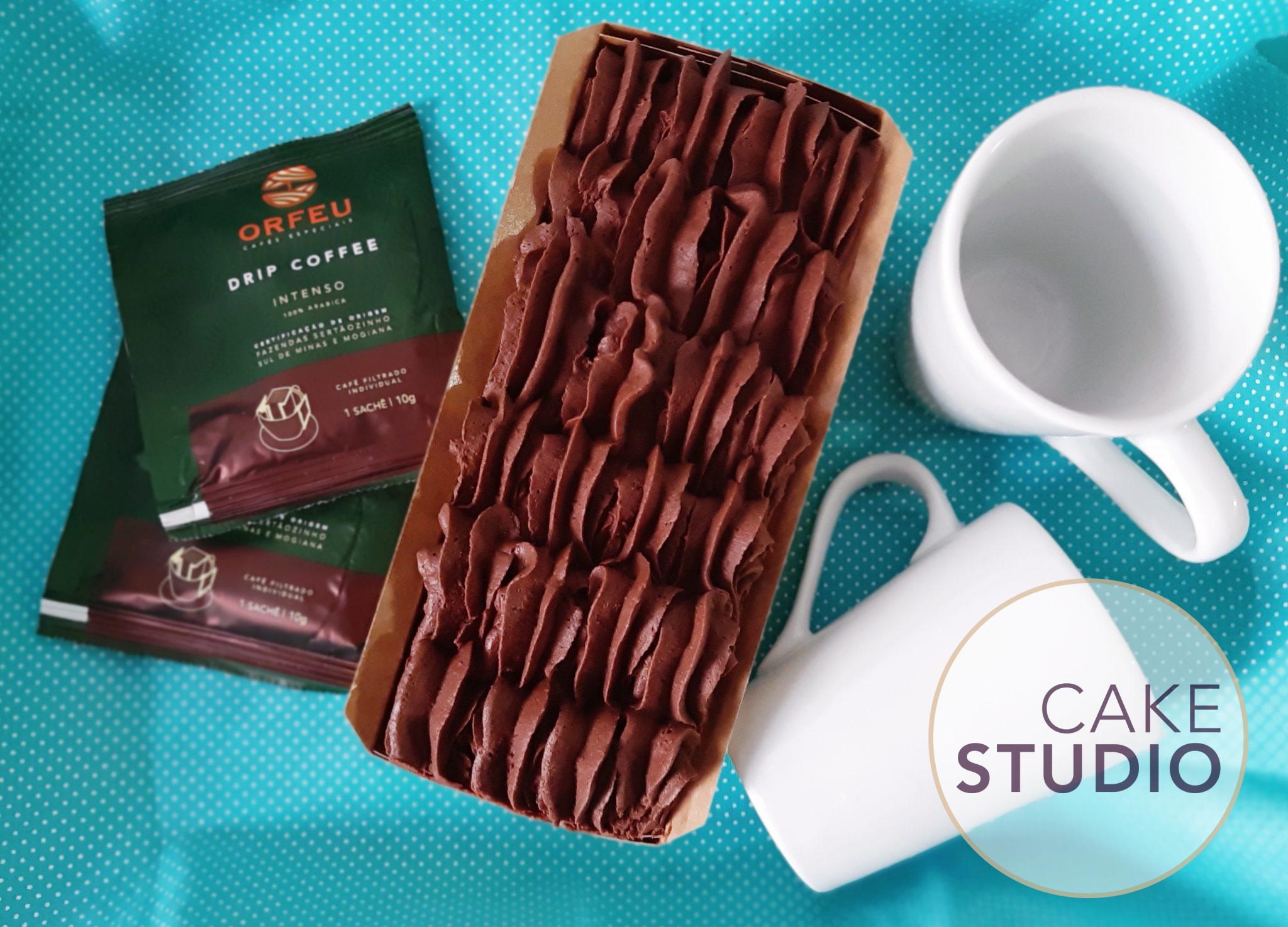 Presente de Dia dos Namorados: kit Coffee Lovers com bolo de chocolate, café e canecas. Feito por Cake Studio ( contato@cakestudio.com.br | (11) 96882-2623 ).